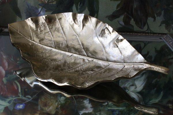 Goudkleurig metalen schaal in bladvorm met nervatuur
